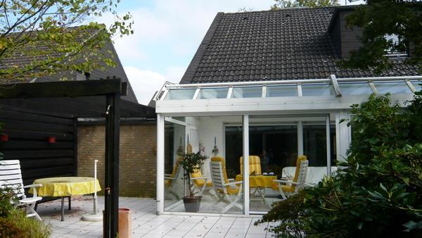 Terrasse und Teilansicht Wintergarten